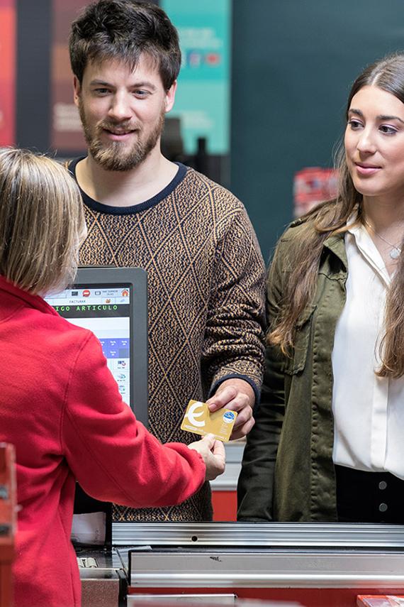 Clientes en supermercado utilizan Tarjeta Oro Eroski Club