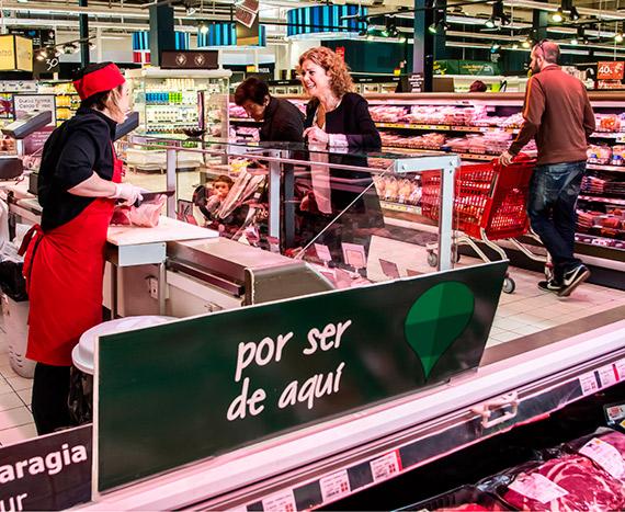 Alimentos locales y clientes en supermercado Eroski