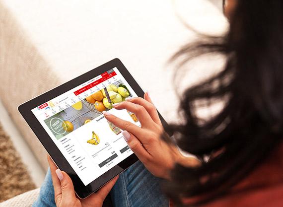 Mujer navega con tablet en la web de Eroski