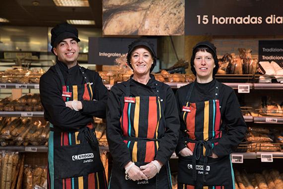 Empleados Eroski en panadería