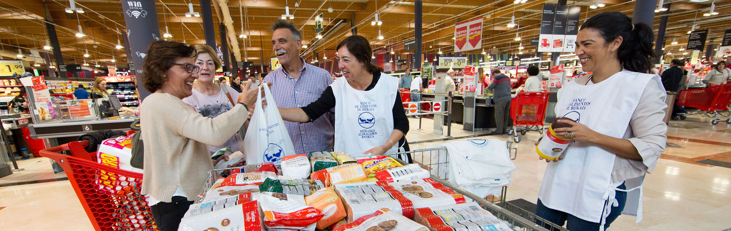 Voluntarias banco de alimentos en hipermercado Eroski
