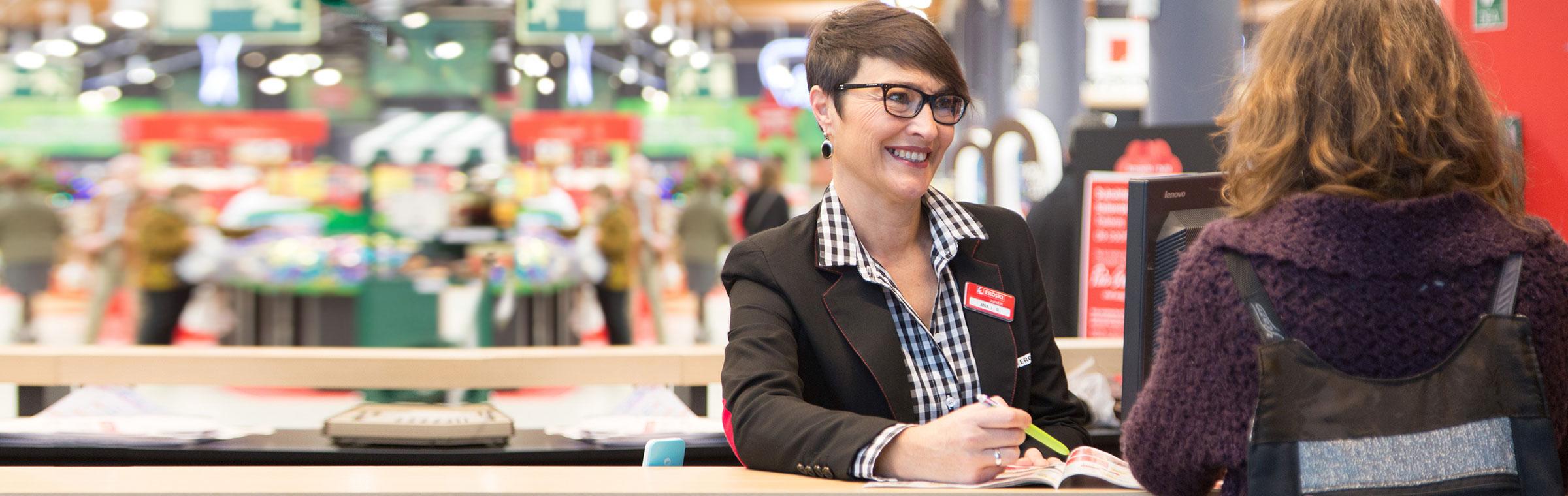 Empleada Eroski habla con clienta en hipermercado