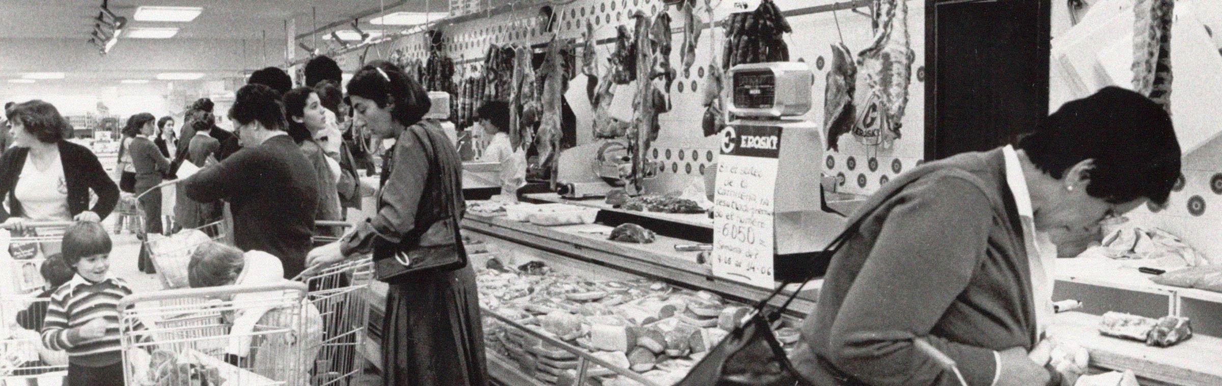 Clientes supermercado Eroski foto antigua